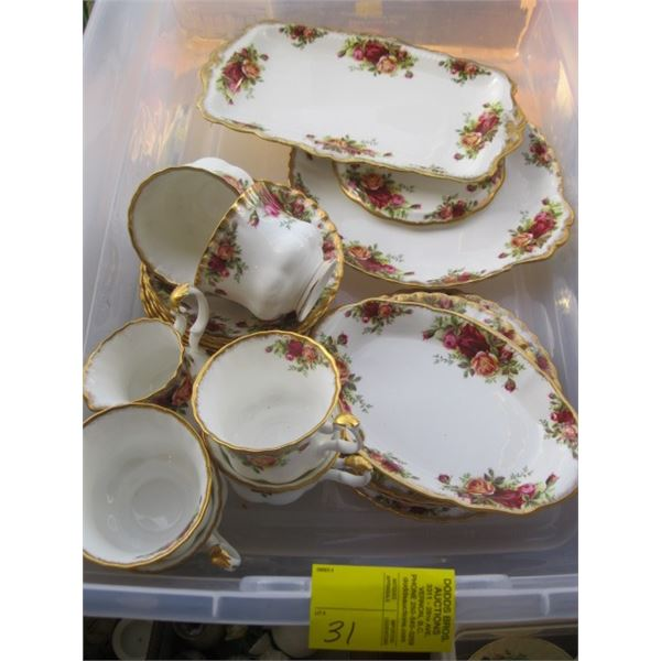 ASST. ROYAL ALBERT OLD COUNTRY ROSE CHINA, 21 PIECES