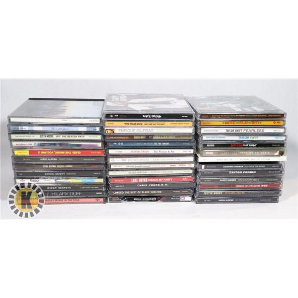 FLAT OF APPROX. 40 COUNTRY MUSIC CDS