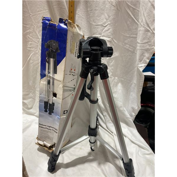 Deluxe light weight tripod