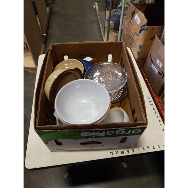 BOX OF PYREX, FIRE KING AND MIXING BOWLS