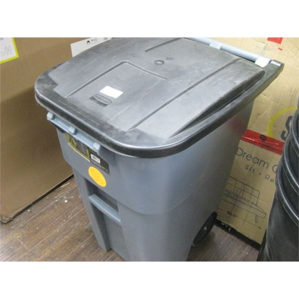 RUBBERMAID 50 GALLON WHEELED BRUTE ROLLOUT GARBAGE CAN