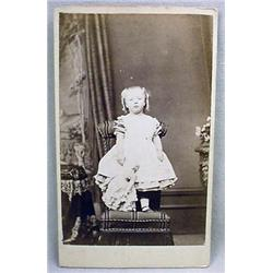 ANTIQUE CDV PHOTO OF A LITTLE GIRL HOLDING A DOLL