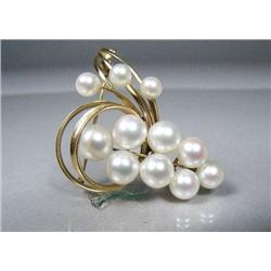 An 18 kt Yellow Gold Pearl Brooch.